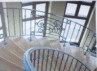Balustrada la scara interioara din fier forjat pe ambele parti.